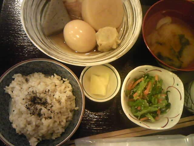 キャベツとカボチャとワカメの味噌汁、小松菜とニンジンの胡麻和え、おでん(シュウマイ、大根、蒟蒻、ちくわ、さつま揚げ、ゆで卵)、香物(大根漬)、玄米ごはん 、
